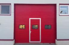 Usi de garaj sectionale cu usa pietonala inclusa